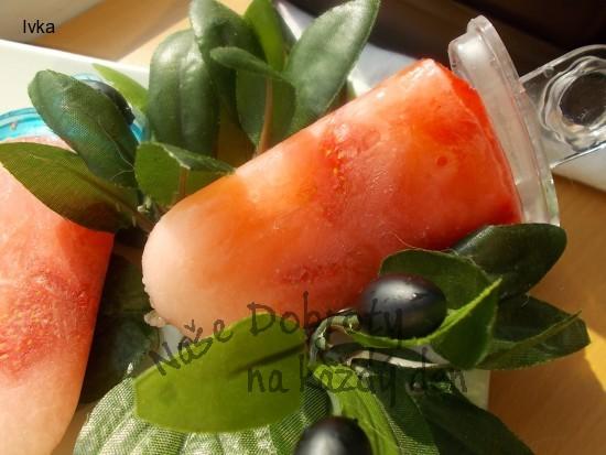 Ovocné nanuky  s limetkou, želatinovými bonbony  a letním ovocem