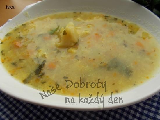 Květákovo-zeleninová polévka s kořenovou zeleninkou
