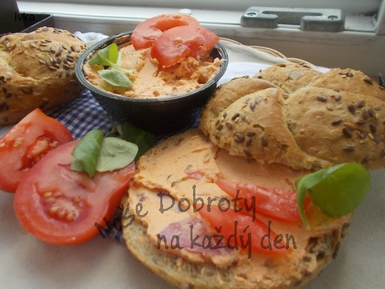 Pomazánka z tvarohů, rajčatek a lučiny
