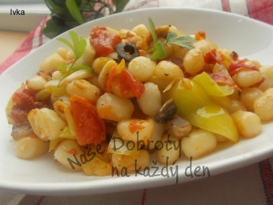 Gnocchi  restované s cibulkou a sušenými rajčátky a olivami :