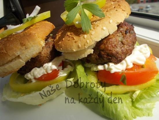 Pikantní  grilovaný hovězí burger s tymiánem, petrželkou a ostrou hořčicí