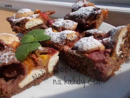Koláček s kakaem, nektarinkami, meruňkami,  jahodami a piškoty + džemem