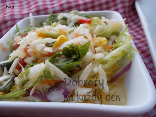 Salát Crispy se  zelím, sušenými rajčaty a olivovým olejem