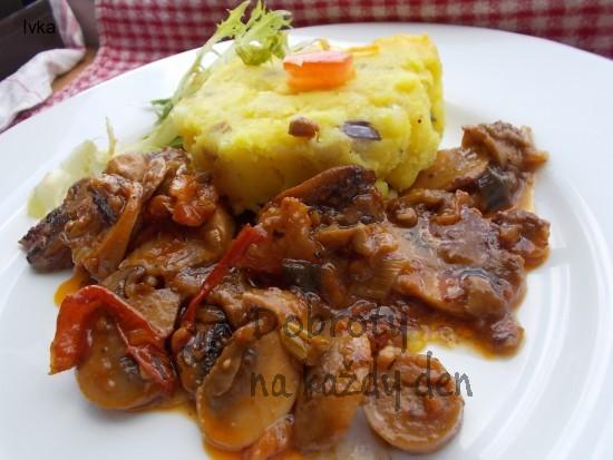 Šťouchané brambory s červenou cibulkou, máslem a kurkumou