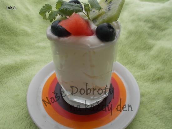 Pohár s  jemným krémem a ovocem