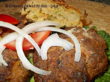 Karbanátky z cuketou, kapustou a chilli omáčkou