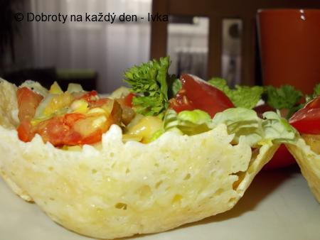 Letní zeleninový salát v sýrovém košíčku