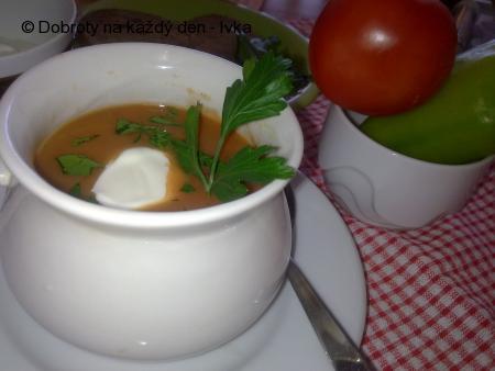 Lahodná papriková polévka se zakysanou smetanou