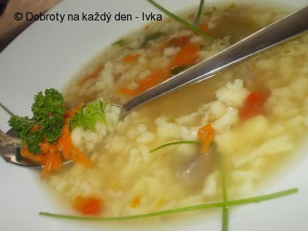 Domácí sváteční polévka z krůtích drobů, krků a domácího drobení