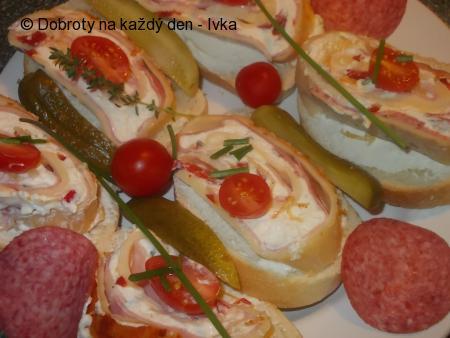 Sýrová roláda s  náplní z domácí  lučiny, cherry rajčátek, bylinek  a nivy