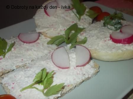 Surimi pomazánka s ředkvičkama, mrkví, celerem a sýrem