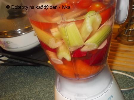 Nápoj na zimu -  z mnoha druhů zeleniny /celer, mrkev, řapíkatý celer, zázvor, rajská jablíčka, petržel, řepa/