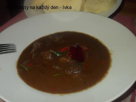 Jelení guláš s červenou kapií a šípkovou  chutí