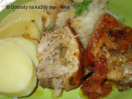 Pečená plec ze selete s  česnekem  a na  majoránce