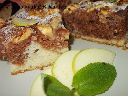 Žíhaná a nadýchaná buchta z podmáslí a jablek