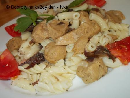 Těstoviny se sójovými kostkami, slaninou a houbami