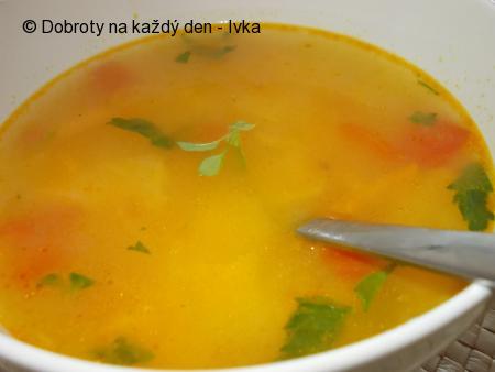 Mrkvová polévka s paprikami, rajčaty a těstovinami