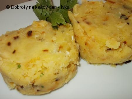 Śťouchané brambory s cibulkou a smetanou