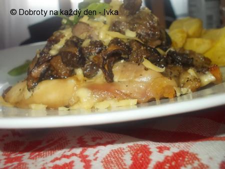 Zapečené kuřecí řízky s houbovou čepicí a sýrem