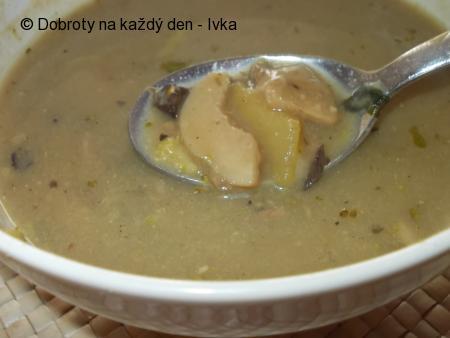 Houbová polévka s brokolicí, řapíkem a pórkem