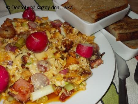Míchána vejce na ředkvičkách a sušených rajčátkách
