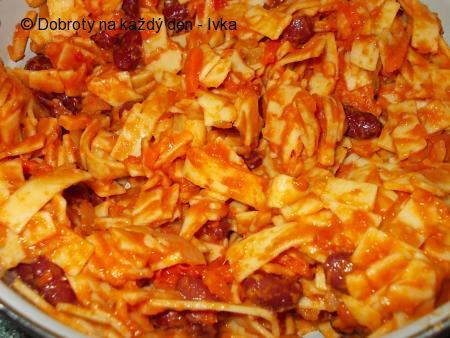 Těstovinový hrnec s fazolemi, pórkem a rajčátky