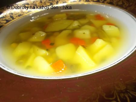 Uzená polévka s kurkumou, uvařená společně s  vnoučkem