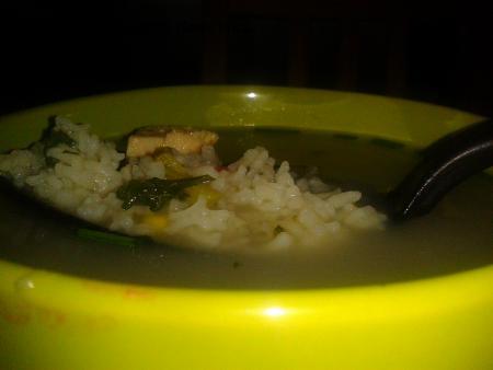 Výborná polévka s rýží, kousky masa a pórkem
