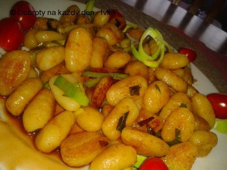 Restované gnocchi na pórku  s pikantní omáčkou