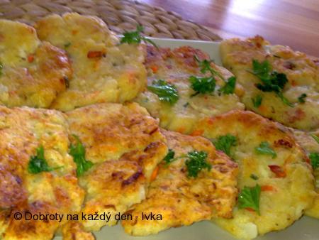 Barevné květákové placičky s uzeným sýrem a zeleninou
