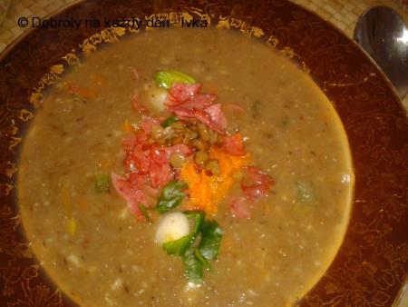 Čočková polévka s uzeninou, zdobená mrkvičkou a bazalkou