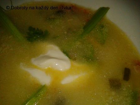 Chřestová polévka s krémovou konzistencí se zakysanou smetanou