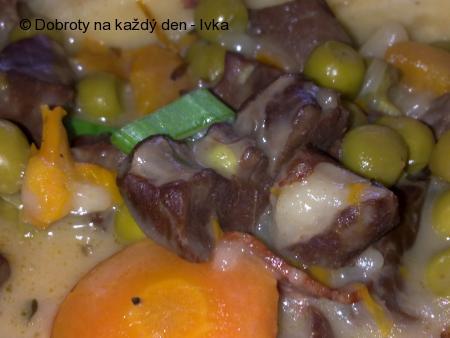 Vepřové srdce na smetaně s hráškem a mrkví