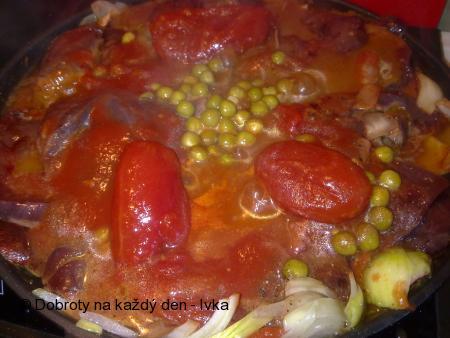 Pikantní vepřová játra s hráškem a s loupanými rajčátky