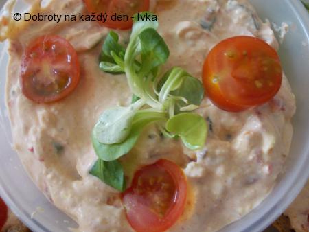 Rychlá  pomazánka z Lučiny, tvarohu, rajčátek a jiné zeleniny