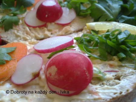 Zahradnická barevná pomazánka s vejci a ředkvičkami