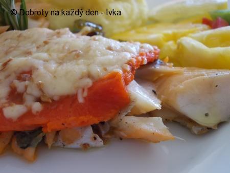 Candát, zapečený s  uzeným sýrem a s  uzeným lososem