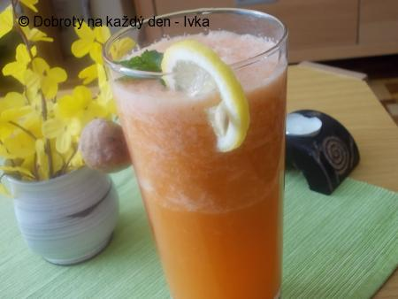 Mrkvovo-chřestový nápoj s bílou ředkví
