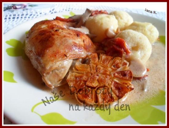 Pečená kuřecí stehna na hlívě, česneku a sušených rajčatech