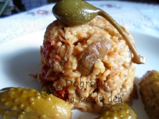 Bulgur s houbami, sušenými rajčaty, kapary a sýrem