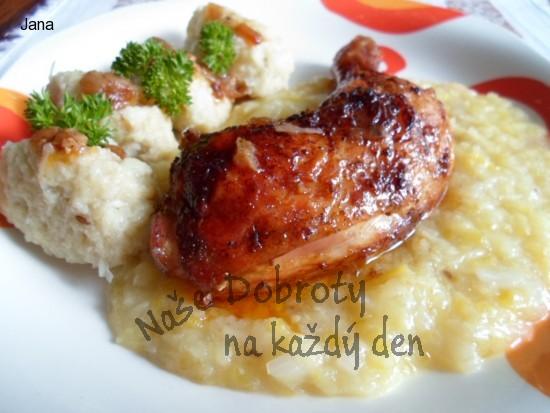 Marinované kuře, nebo bůček s cuketovým zelím a chlupatými knedlíky