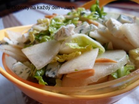 Salát z hrušek, římského salátu, mandlí a Nivy