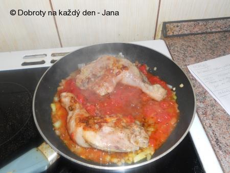 Dušená stehna na cibuli a sušených rajčatech s celerovými hranolkami