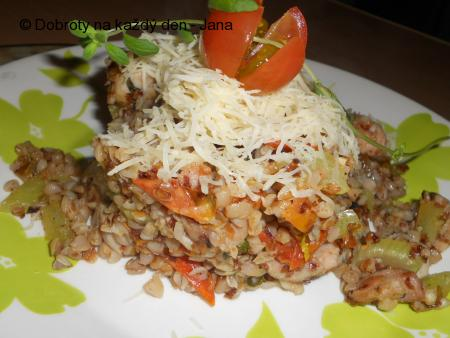 Pohanka se zeleninou a kuřecím masem v majoránce