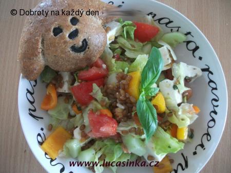 Zeleninový salát s pšenicí a naloženým sýrem