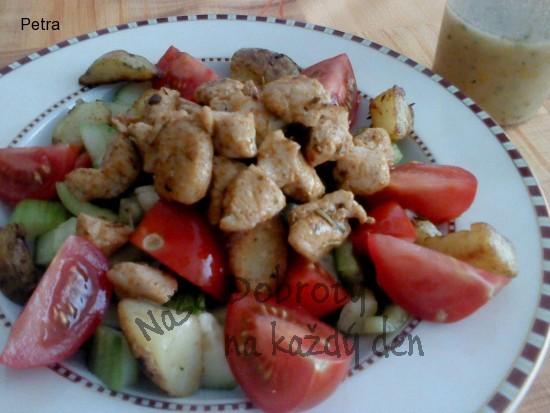 Zeleninový salát s kuřecím masem a opečeným bramborem, hořčičný dresing