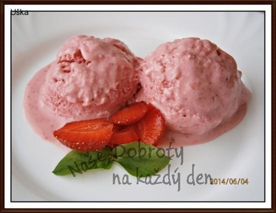 Jahodová zmrzlina se smetanou a pomazánkovým máslem