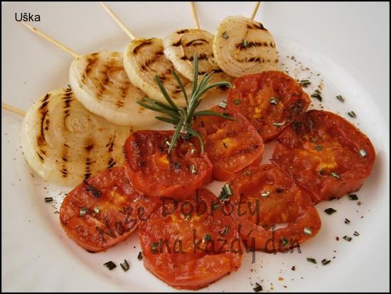 Cibule s rajčaty na grilovací pánvi, s česnekovo- rozmarýnovým nádechem