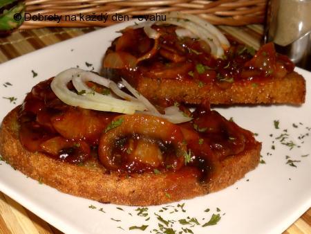 Houby s kečupem na chleba, topinky, toasty