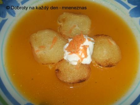 Mrkvová polévka s bramborami a cuketou
